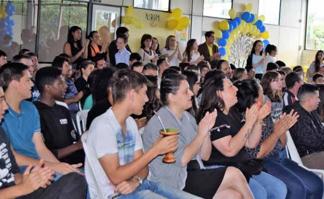Premiação da Feirarte 1 - Premiação da Feirarte reúne alunos e familiares das oficinas na Asbem