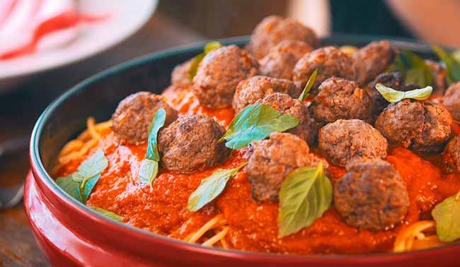 almondegas - Espaguete com molho de tomate assado e mini almôndegas