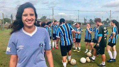 atleta da escola de futebol ingressa em equipe profissional do gremio  390x220 - Caroline Bento Lemos foi atleta da primeira turma de futebol femininodaEscola do Tricolor