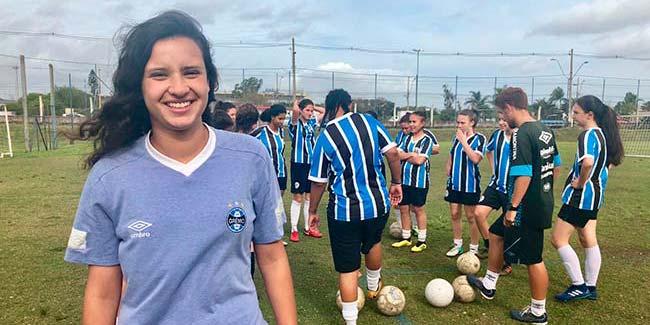 atleta da escola de futebol ingressa em equipe profissional do gremio  - Caroline Bento Lemos foi atleta da primeira turma de futebol femininodaEscola do Tricolor