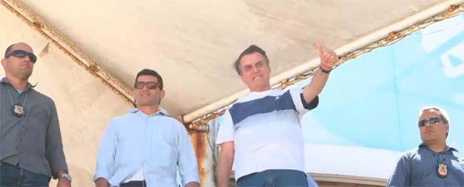 bolsonaro 6 - Bolsonaro recebe homenagem de esquadrilha na praia da Barra
