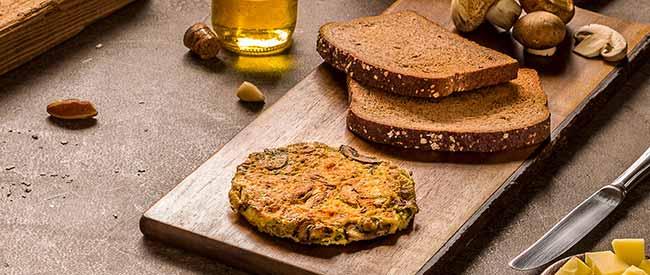 3 ovos mexidos cogumelos - Ovos mexidos com cogumelos frescos e pão integral