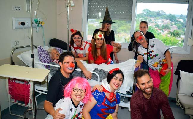 Caçadores do Sorriso de Novo Hamburgo - Grupo voluntário Caçadores do Sorriso de Novo Hamburgo visita pacientes no Hospital Municipal