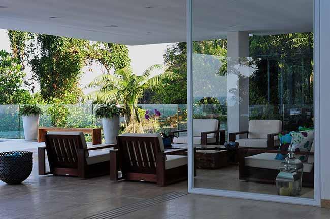 arquiteta Karina Korn  - Casa na praia destaca vista com piscina de borda infinita