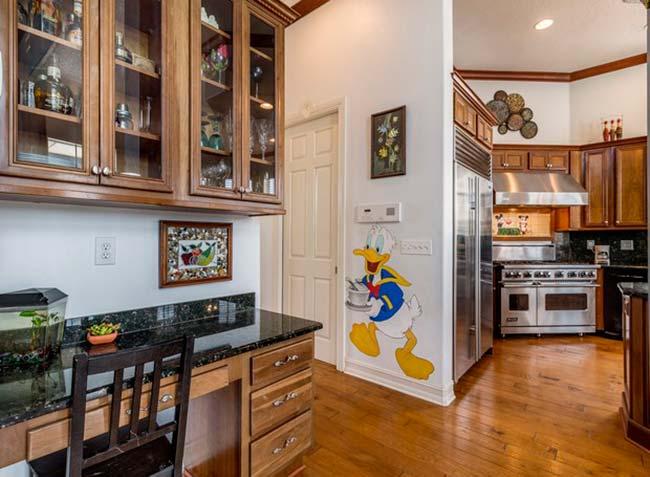 img48 4 - Conheça casa feita com itens de antigos parques da Disney