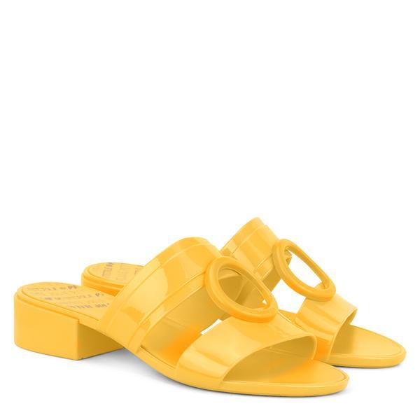 352264 850359 petite jolie tamanco bossy r  69.90 web  - Petite Jolie investe forte no amarelo