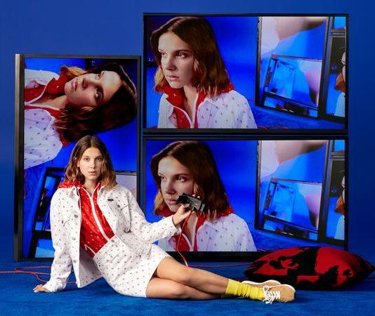 Millie Bobby Brown estrela shooting natalino da Calvin Klein