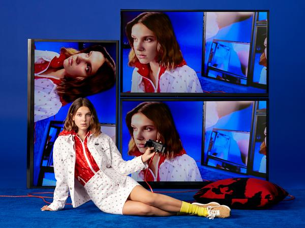 Revista News 352449_851213_ho18_mbb_stills_1080x810_1_web_ Millie Bobby Brown estrela shooting natalino da Calvin Klein