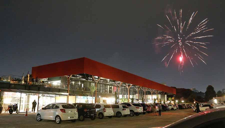 A noite de inauguração contou com fogos de artificio - Espaço gastronômico Souq é inaugurado em Curitiba