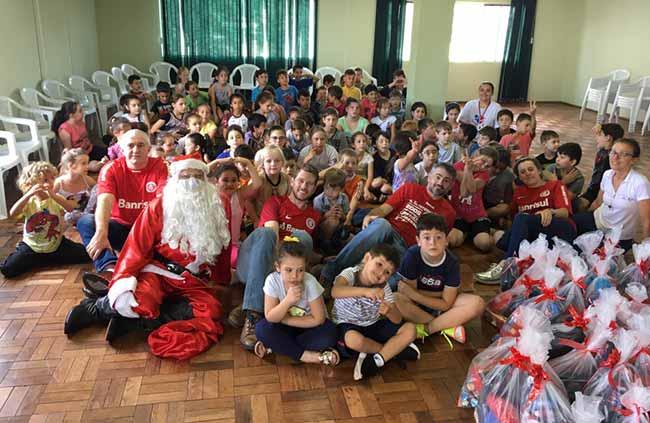 Coloradas e colorados de Concórdia SC se reuniram para levar alegria a crianças da região no Natal - Colorados de Concórdia-SC fazem ação de natal