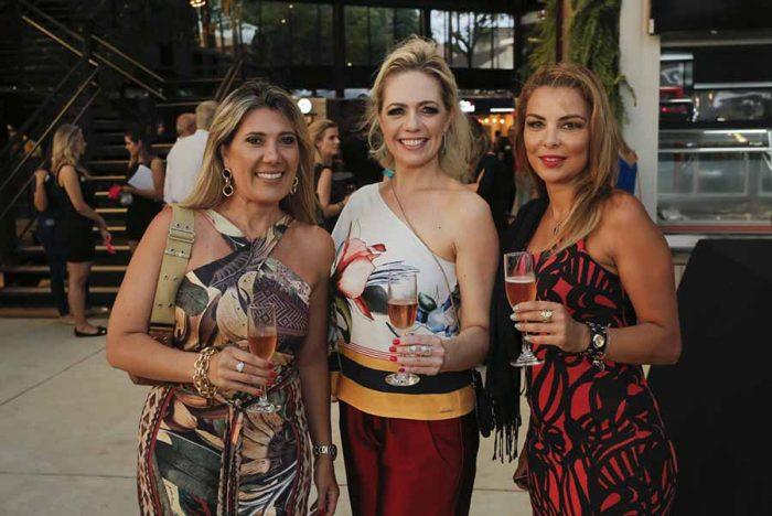 Luciana Moreira da Costa a consultora do Wine Not e Souq Daniele Lopes e Monica Gulin 700x468 - Espaço gastronômico Souq é inaugurado em Curitiba