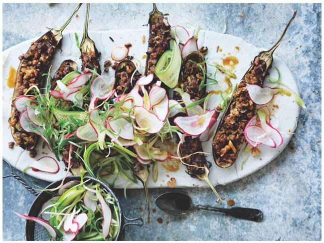 beringela recheada - Berinjela recheada de nozes e missô com salada de rabanete