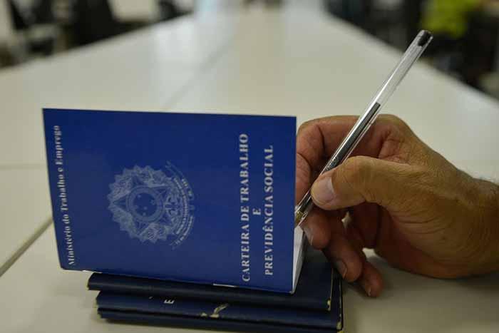 carteira de trabalho brasileira - Abono do PIS/Pasep começa a ser pago dia 25