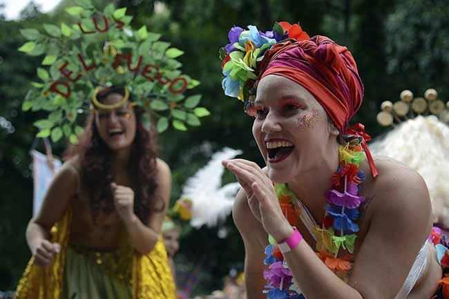 Bloco das Mulheres Rodadas no Rio de Janeiro 1 - Blocos de rua reúnem foliões no centro do Rio de Janeiro