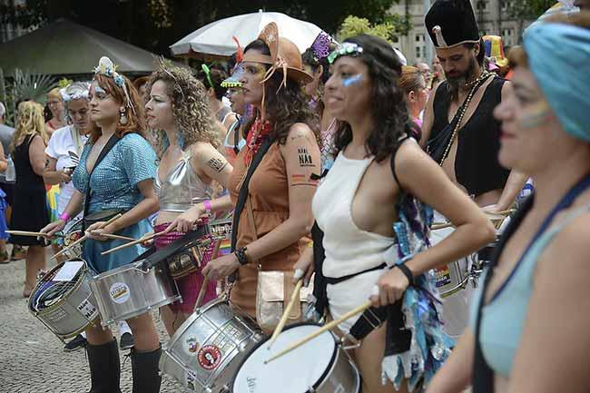 Bloco das Mulheres Rodadas no Rio de Janeiro 2 - Blocos de rua reúnem foliões no centro do Rio de Janeiro