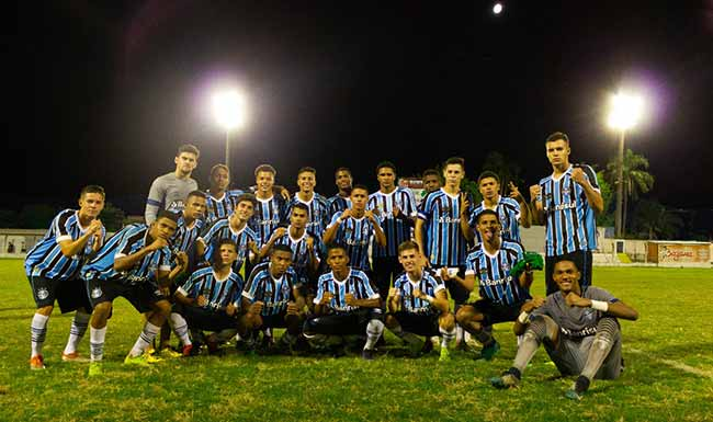 Grêmio volta a erguer a Copa Santiago de Futebol Juvenil - Grêmio volta a erguer a Copa Santiago de Futebol Juvenil