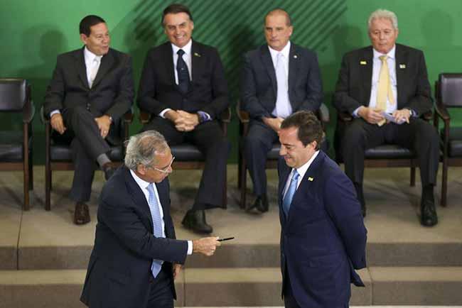 O ministro Paulo Guedes dá posse a Paulo Guimarães na presidência da Caixa - Presidente da Caixa quer vender participações nas áreas de seguros e loterias