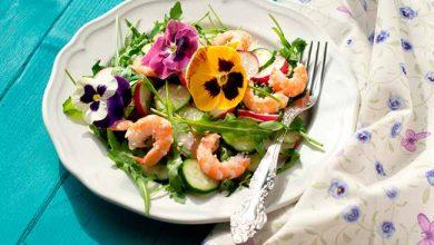 Photo of Salada verde com camarão e flores comestíveis