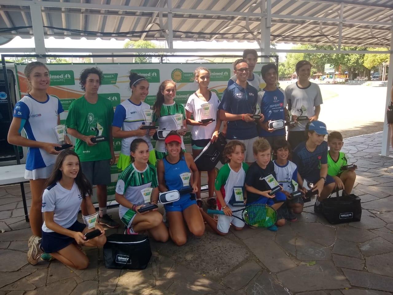 Tenistas do RS SC e PR comemoram títulos na Copa Unimed VS - Tenistas do RS, SC e PR comemoram títulos na Copa Unimed VS