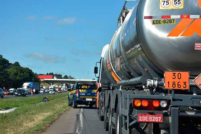 caminhao 2 - Transporte de carga perigosa: o que um motorista precisa saber?