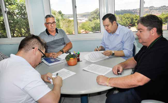 membros da comusa em reuniao - Comusa aumenta investimentos na ampliação da Estação de Tratamento de Água