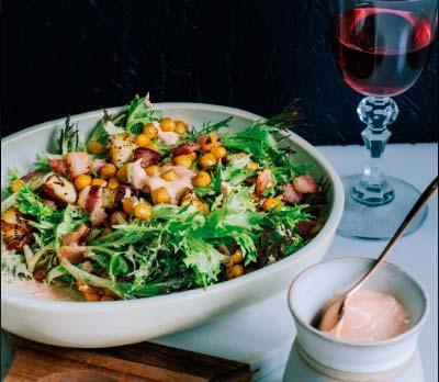 sald - Salada de alface frisée com bacon e grão-de-bico
