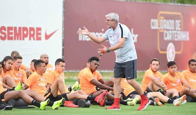 trabalho tático no Inter 2 - Odair Hellmann passa orientações táticas aos jogadores do Inter