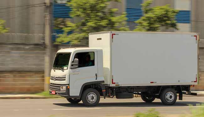4TRUCK Baú Liso branco Delivery Express4  - Fim de rodízio para caminhões VUCs deve aquecer vendas de implementos