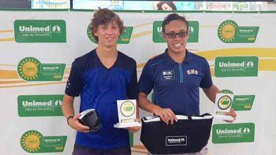 Antônio Sasso e Guilherme Toresan campeão e vice dos 18 anos da Copa Unimed VS 390x220 - Copa Unimed VS de Tênis define os campeões da 6ª etapa do Sul Brasileiro