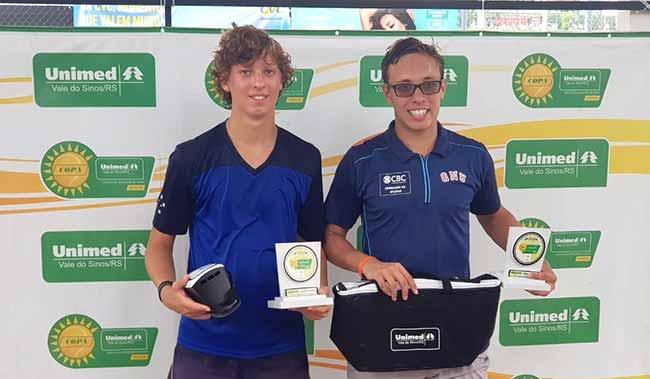 Antônio Sasso e Guilherme Toresan campeão e vice dos 18 anos da Copa Unimed VS - Copa Unimed VS de Tênis define os campeões da 6ª etapa do Sul Brasileiro