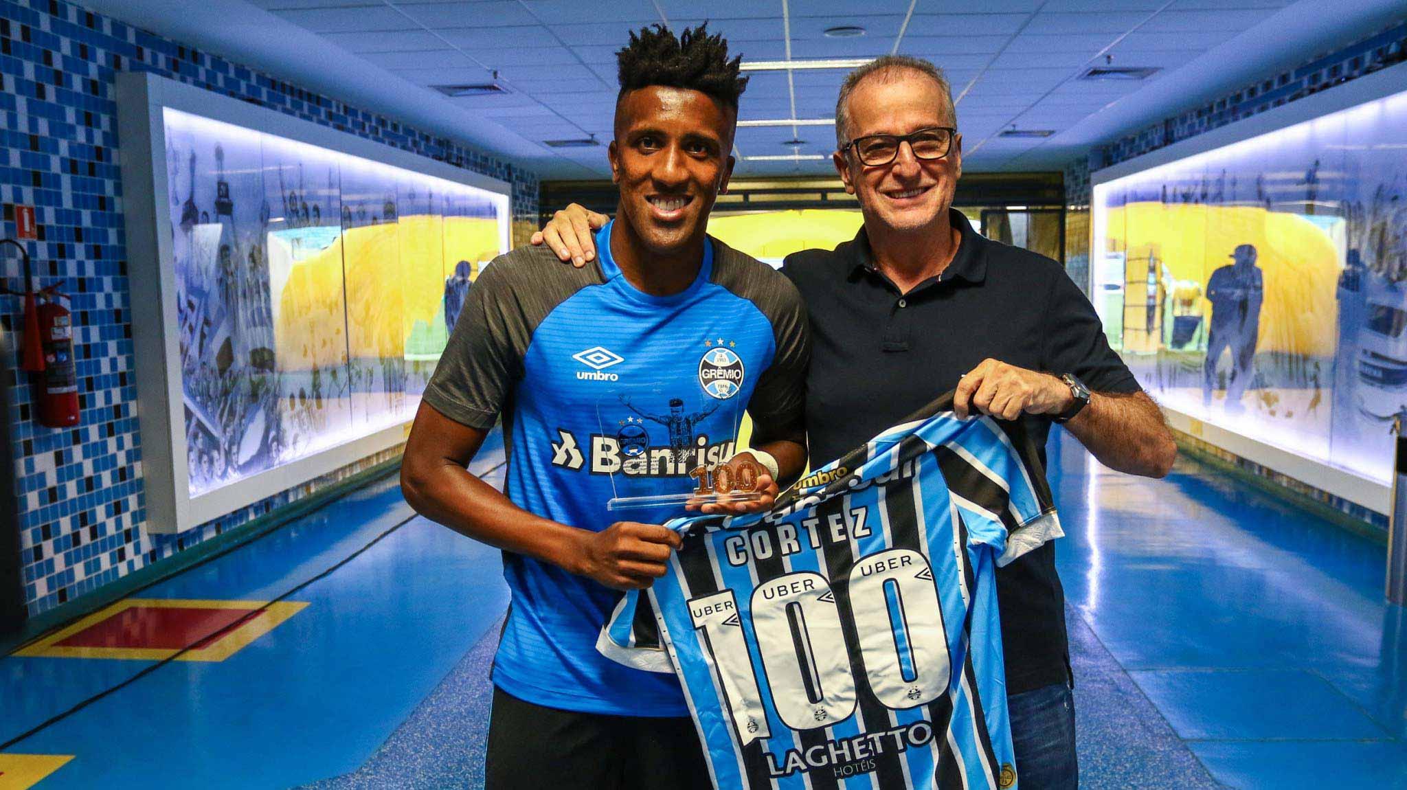 Bruno Cortez jogador do Grêmio - Bruno Cortez recebe homenagem pelos 100 jogos no Grêmio