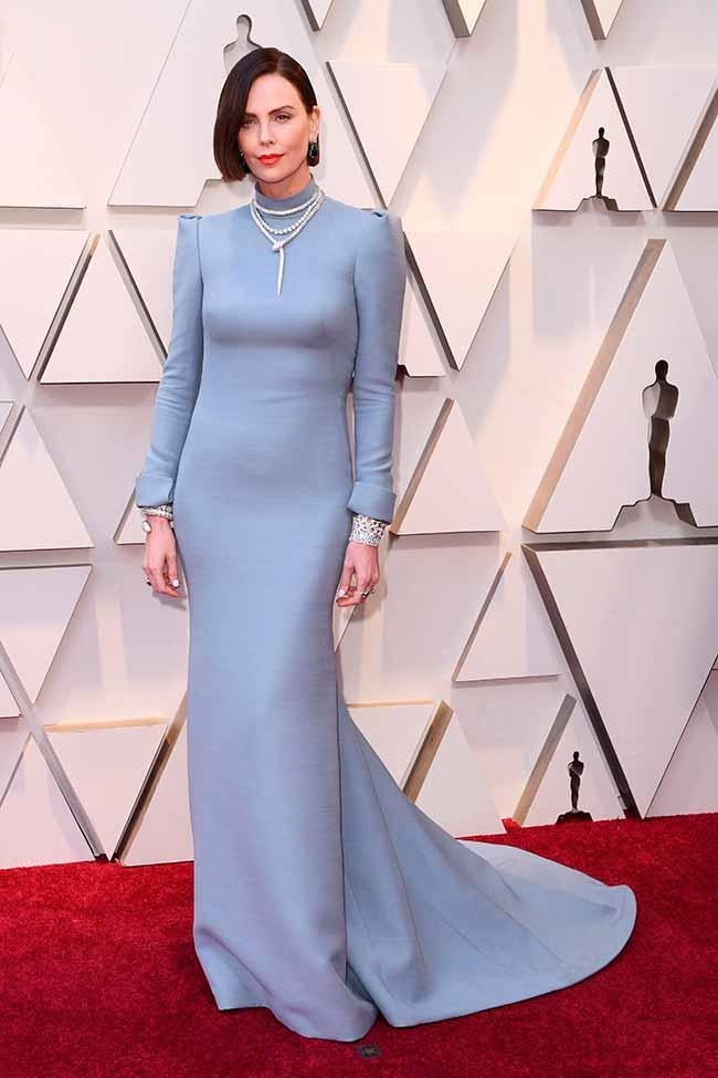 Charlize Theron CREDITO E ENTERTAINMENT @EONLINELATINO - A moda no tapete vermelho do Oscar 2019