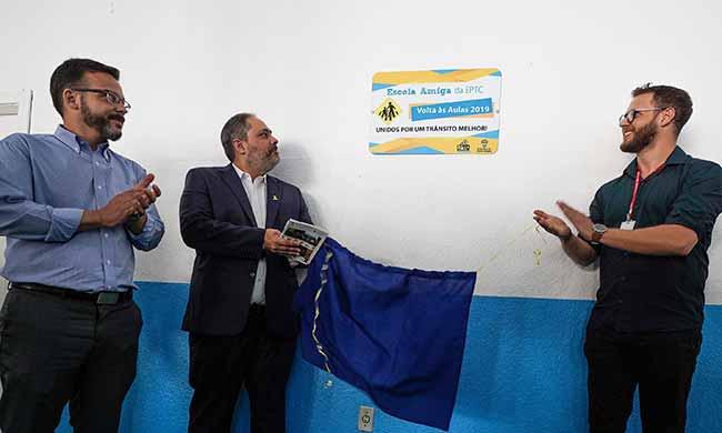 Foi entregue a placa que certifica a instituição como Escola Amiga da EPTC - Paim participa da operação volta às aulas da EPTC