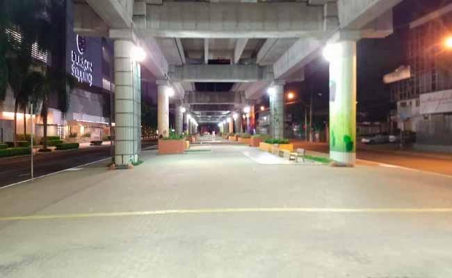 Iluminação da Praça Punta del Este recebe manutenção - Iluminação da Praça Punta del Este recebe manutenção