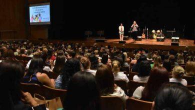 Prefeita e secretária abriram o evento no Teatro Feevale 390x220 - Gestão da sala de aula é tema de seminário para professores