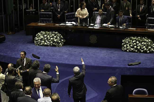 Sessão do Senado é suspensa - Sessão do Senado é suspensa e escolha do presidente fica para hoje (2/02)