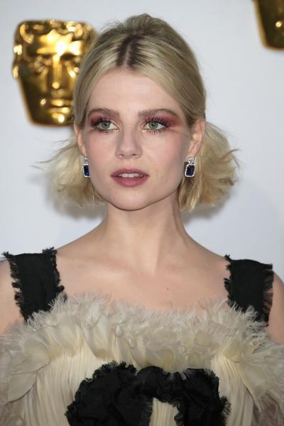 lucy boynton usa brincos e anA C is angel web  - Atelier Swarovski no tapete vermelho do BAFTA 2019
