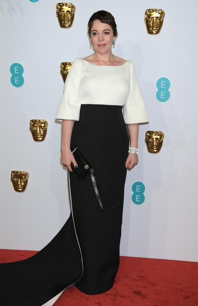 olivia colman usa brincos lola drop  anel mosaico e bracelete art deco web  - Atelier Swarovski no tapete vermelho do BAFTA 2019