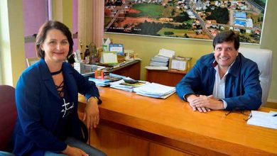Cleusa e o Prefeito Vilmor Carbonera 390x220 - Vila Flores tem nova secretária da Agricultura e Turismo