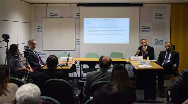 O diretor Rogrigo Aguiar explica os entendimentos e orientações da ANS na 4ª reunião da CATEC - ANS discute relação formal entre operadoras e prestadores
