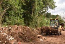 Serviços estão passando por vias do bairro rural de Lomba Grande 220x150 - Estradas de Lomba Grande recebem manutenção