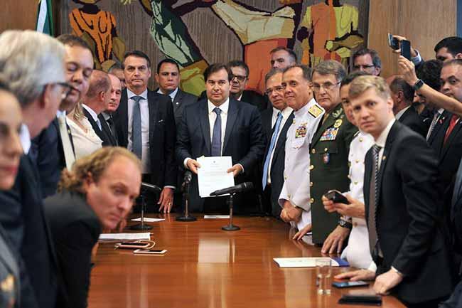 maia refprev - Bolsonaro entrega reforma previdenciária dos militares ao Congresso