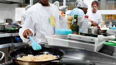 Alunos de Gastronomia da Unisinos 1 390x220 - Alunos da Unisinos ensinam panificação a moradores da Vila Kédi