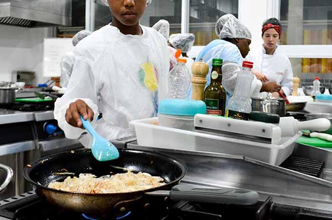 Alunos de Gastronomia da Unisinos 1 - Alunos da Unisinos ensinam panificação a moradores da Vila Kédi