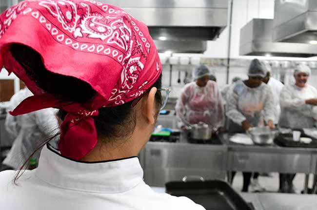 Alunos de Gastronomia da Unisinos 2 - Alunos da Unisinos ensinam panificação a moradores da Vila Kédi