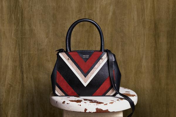 arezzo bolsa tiracolo couro multi pequena bella preto e urucum r 479 90 web  - Arezzo apresenta sua campanha deDia das Mães
