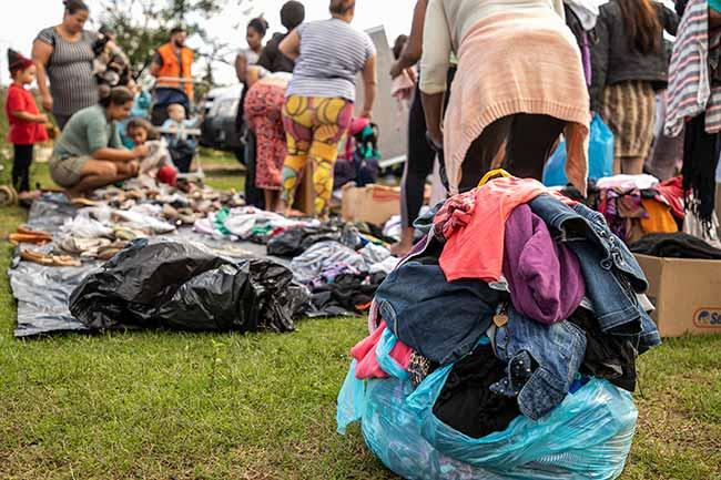 Defesa Civil de Canoas alcança a marca de 40 mil doações de roupas nos primeiros cinco meses do ano - Defesa Civil de Canoas doou 40 mil peças de roupas às famílias carentes