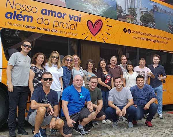 Empresários da região durante a saída do ônibus em Balneário Camboriú - Road Show de Balneário Camboriú & Região percorre os estados de São Paulo e Minas Gerais