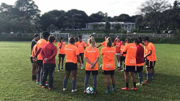 Gurias Coloradas se preparam para o duelo - Gurias Coloradas treinam para enfrentar o Vitória-BA