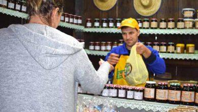 Jorge Weber da Linha Moreira vendendo produtos 390x220 - Agroindústrias de Gramado estão presentes na Festa da Colônia